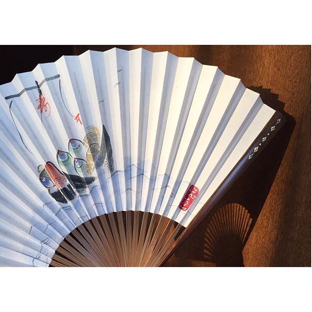 空梅雨なんでなんだかんだ暑いですね、、サイドにちょこっと截金︎#截ルトキ#扇子#foldingfan#截金(切金)#kirikane#伝統工芸#traditional#日本画#Japanesepaint#宝船#treasureship#金箔#gold #金を糸のように扱う#japanesestories#art_we_inspire#芸術#美術#colors#イロイロ#japan#osaka#artist