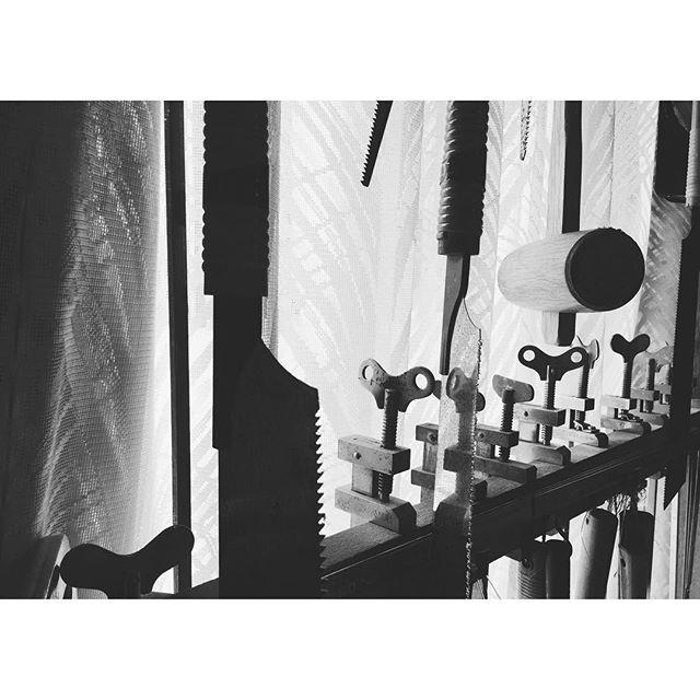 道具ノコトⅡ何でも愛着が湧くと年季も入ってくるものです。#鋸#木槌#道具#tool#一隅を照らす#照terasu @sa10ca.k http://terasu-seiho.com/#彫刻#sculpture#日本画#japanesepainting#截金#kirikane#cutgoldleafing#伝統#traditional#仏教美術#buddhistart#family#japan#japanesestories#art_we_inspire#芸術#美術