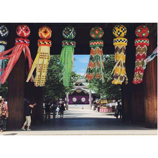風を感じて先日東京に訪れた時に靖国神社をお参りしました。灼熱の参道を歩きながら、その先に見えた吹き流しがカラフルで楽しそうに揺れていて、一瞬暑さを忘れられました。七夕の吹き流しは織姫のように機織が上手になりますようにと織姫の糸をあらわし長寿を願った飾りだそうです。大学時代に染織を専攻していたので、嬉しい気持ちになりました^_^#七夕#吹き流し#靖国神社#一隅を照らす#照terasu @sa10ca.k http://terasu-seiho.com/#彫刻#sculpture#日本画#japanesepainting#截金#kirikane#cutgoldleafing#伝統#traditional#仏教美術#buddhistart#family#japan#japanesestories#art_we_inspire#芸術#美術