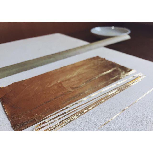 截金ノコト截金-きりかね-簡単に言うと金箔を竹で線状に切り、膠(ニカワ)とフノリで作ったノリを使い、筆で仏像や仏画に文様を貼っていく技法です。竹でどうやって金箔を切るのか、金箔の厚みとか、貼り方とか、、諸々は追々、、#金箔#goldleaf#一隅を照らす#照terasu @sa10ca.k http://terasu-seiho.com/#彫刻#sculpture#日本画#japanesepainting#截金#kirikane#cutgoldleafing#伝統#traditional#仏教美術#buddhistart#family#japan#japanesestories#art_we_inspire#芸術#美術