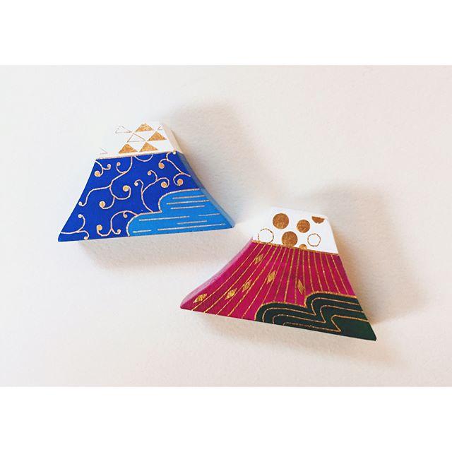 ふうふ富士_唐草/光赤は奥さんが、青は奥さんから旦那さんにプレゼントされるそうです。ご夫婦で身に付けてもらえるなんて嬉しい♪箱のまま飾っても可愛いです。#ふじさん#富士山#mtfuji#ブローチ#brooch#金箔#goldleaf#一隅を照らす#照terasu @sa10ca.k http://terasu-seiho.com/#彫刻#sculpture#日本画#japanesepainting#截金#kirikane#cutgoldleafing#伝統#traditional#仏教美術#buddhistart#family#japan#japanesestories#art_we_inspire#芸術#美術