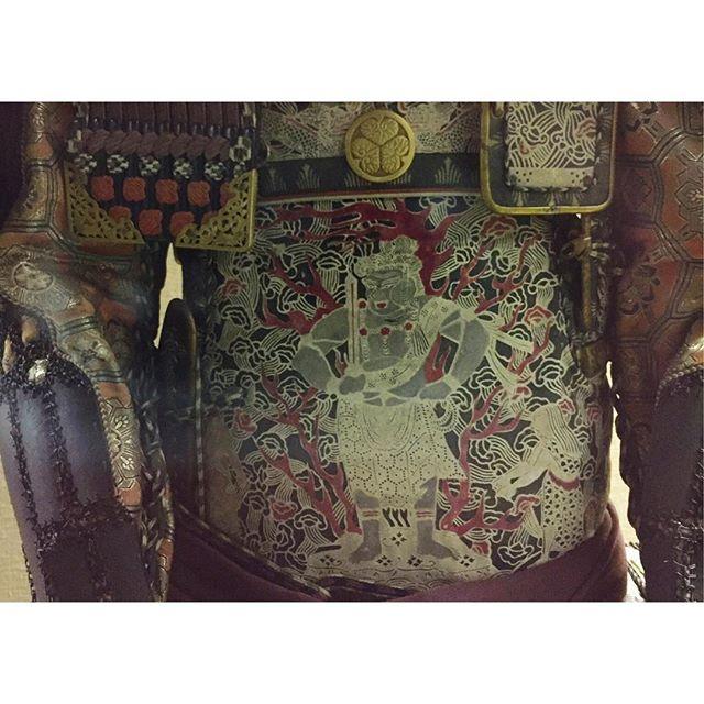 化身の鎧国宝松江城内で展示されていた鎧その胴には不動明王!大日如来の化身であり、悪と煩悩を払い、生きとし生けるもの者を守るとされています。そんな思いを込めて戦に向かったのでしょうか、、#不動明王#鎧#一隅を照らす#照terasu @sa10ca.k http://terasu-seiho.com/#彫刻#sculpture#日本画#japanesepainting#截金#kirikane#cutgoldleafing#伝統#traditional#仏教美術#buddhistart#family#japan#japanesestories#art_we_inspire#芸術#美術